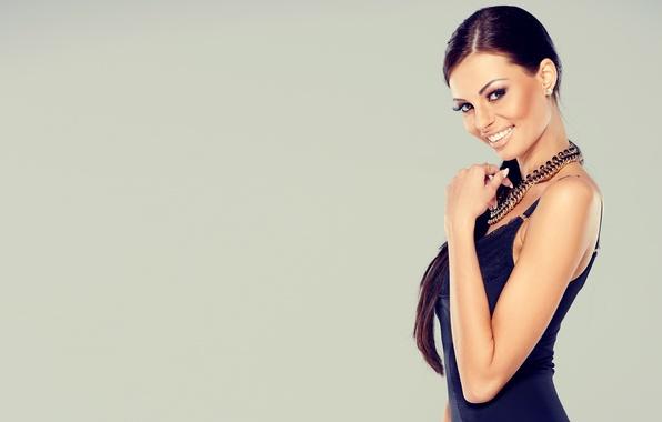 Картинка девушка, модель, макияж, фигура, платье, girl, dress, колье, figure, model, маникюр, necklaces, makeup, nail Polish