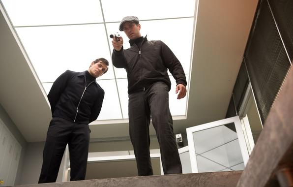 Картинка пистолет, оружие, ситуация, куртка, кепка, глушитель, Henry Cavill, Генри Кавилл, Арми Хаммер, Armie Hammer, агенты, …