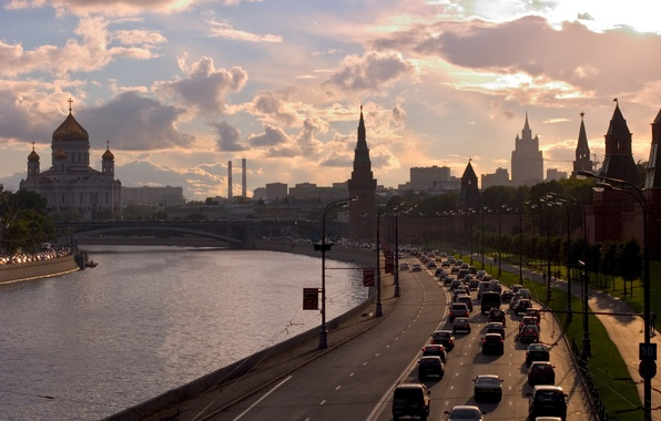 Картинка дорога, небо, облака, закат, река, здания, вечер, Город, фонари, Москва, кремль, храм, Россия, набережная, автомобили, …