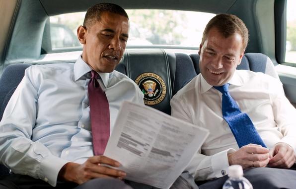 Картинка улыбка, галстук, салон, президенты, обама, чтение, красный и синий, дмитрий медведев, barack obama