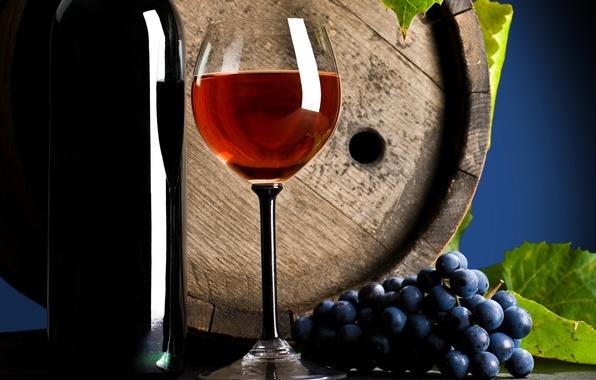 Картинка стол, вино, красное, бокал, бутылка, виноград, напиток, листики, бочонок