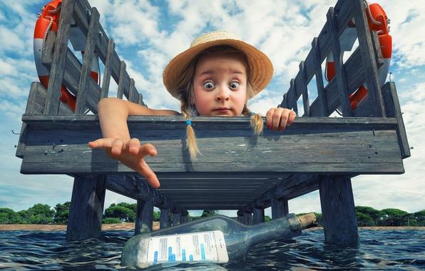 Картинка находка, бутылка, шляпа, причал, девочка, косички, смартфон