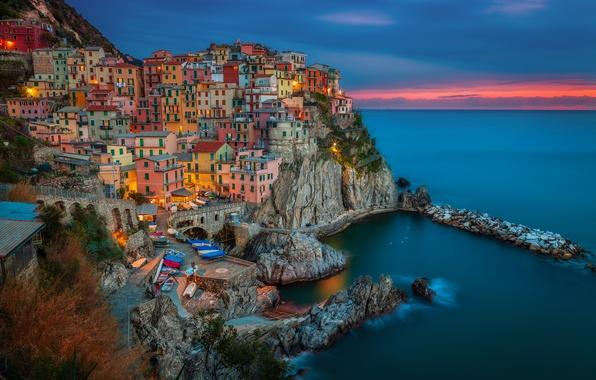 Картинка пейзаж, закат, природа, город, камни, скалы, берег, побережье, здания, дома, лодки, вечер, Италия, Italy, Лигурийское …