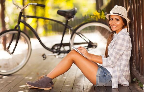 Картинка девушка, природа, велосипед, улыбка, забор, шорты, брюнетка, ноутбук, рубашка
