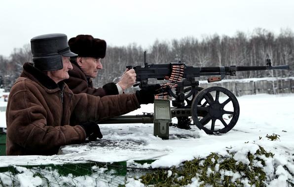 Картинка зима, небо, снег, деревья, оружие, молодость, сеть, назад, одежда, шапка, защита, лента, стрельба, перчатки, пулемет, ...