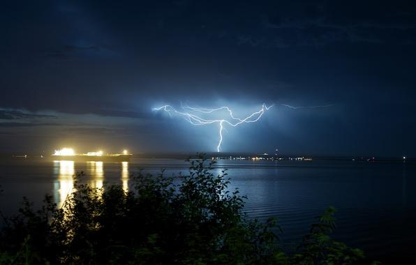 Картинка море, гроза, небо, листья, вода, деревья, ночь, природа, огни, отражение, фон, дерево, океан, молния, дома, …