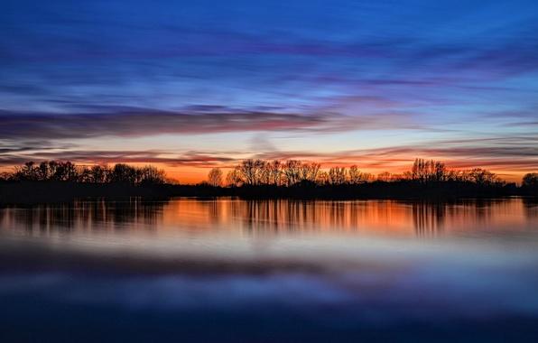 Картинка небо, облака, деревья, закат, отражение, река, берег, Англия, вечер, Великобритания, river, sky, trees, coast, sunset, …