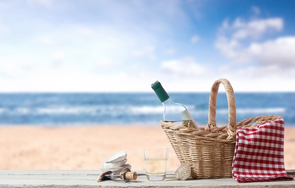 Картинка песок, море, пляж, стакан, корзина, бутылка, пробка, ракушки, штопор, скатерть