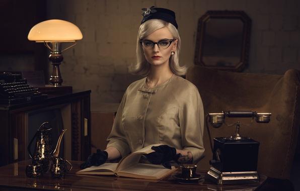 Картинка девушка, ретро, стол, лампа, очки, блондинка, чашки, перчатки, книга, телефон, печатная машинка, шляпка, секретарша, кофейник