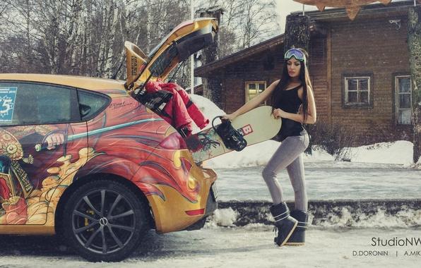 Картинка зима, машина, авто, девушка, снег, деревья, дом, улица, сноуборд, спорт, фигура, брюнетка, очки, куртка, багажник, …