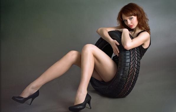 Картинка взгляд, девушка, улыбка, настроение, платье, черное, красивая, рыжеволосая, автомобильного, шиномонтажное, колеса., обняла, покрышку