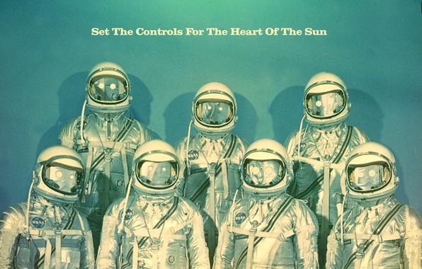 Картинка текст, стиль, креатив, фон, голубой, надпись, скафандр, арт, космонавты, астронавты, снаряжение