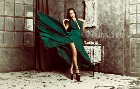 Картинка девушка, ретро, комната, макияж, стройная, платье, брюнетка, прическа, туфли, ножки, красотка, стоит, зеленое, фотосессия, photographer, ...