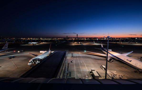 Картинка Закат, Небо, Огни, Восход, Ночь, Город, Аэропорт, Japan, Boeing, Пейзаж, Боинг, Air, 300, Airlines, 777, …