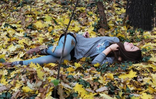 Картинка осень, листья, девушка, мечты, природа, настроение, земля, dream, листва, сон, брюнетка, голубые, лежит, колготки, girl, …