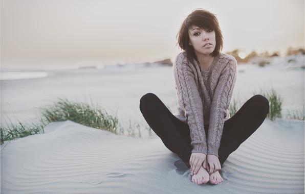 Картинка песок, море, пляж, глаза, девушка, закат, ноги, руки, girl, beach, legs, sea, sunset, eyes, sand, …