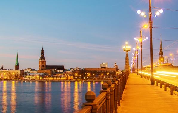 Картинка мост, огни, река, дома, вечер, фонари, набережная, Рига, Латвия, Riga