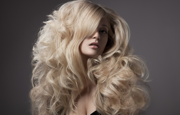 Картинка глаза, взгляд, девушка, лицо, серый, фон, модель, волосы, макияж, прическа, блондинка, кудри