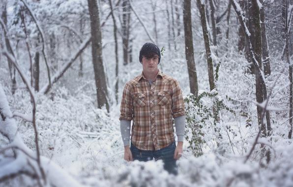 Картинка зима, лес, снег, деревья, ветки, капот, мужчина, прямой взгляд