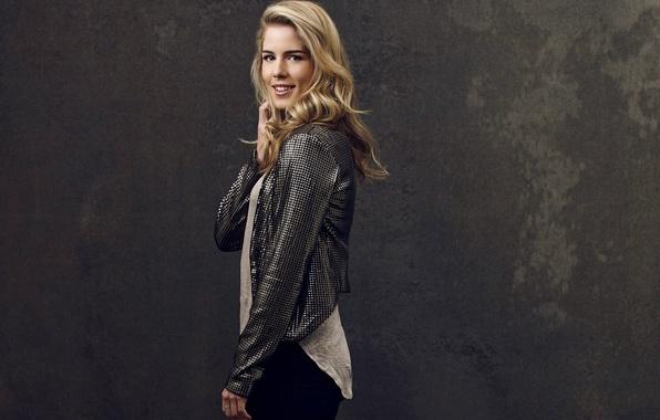 Картинка девушка, улыбка, фон, актриса, блондинка, сериал, Arrow, Стрела, season 2, Emily Bett Rickards, Felicity Smoak, …