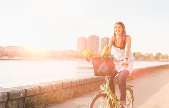 Картинка дорога, асфальт, вода, девушка, солнце, радость, цветы, велосипед, улыбка, река, фон, widescreen, обои, улица, корзина, …