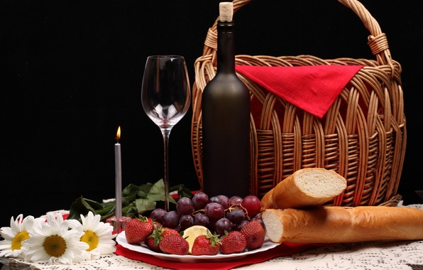 Картинка цветы, ягоды, корзина, бутылка, ромашки, клубника, хлеб, виноград, свечка, фужер