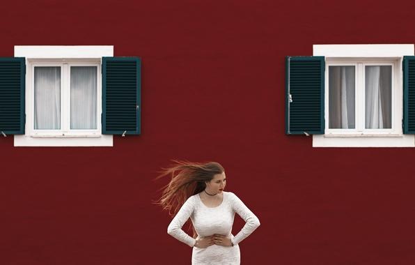 Картинка девушка, лицо, фон, ветер, волосы, окна, платье