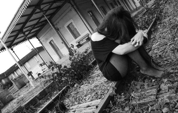 Картинка sadness, grey sky, train station, black&white, black clothes, black tights, sad girl