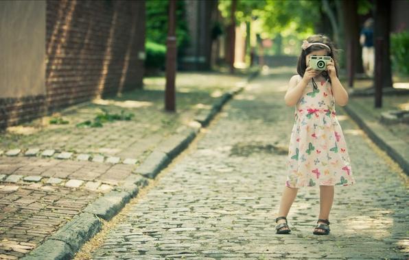 Картинка дорога, лето, девушка, радость, счастье, свежесть, дети, девушки, настроение, улица, девочки, платье, фотоаппарат, девочка, прогулка, …