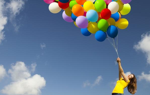 Картинка небо, девушка, облака, радость, воздушные шары, позитив