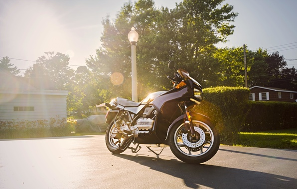 Картинка небо, трава, солнце, облака, улица, тень, BMW, мотоцикл, фонарный столб, K75