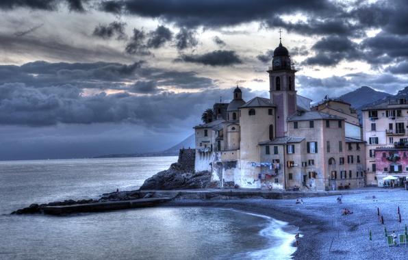 Картинка море, тучи, пасмурно, побережье, дома, причал, Италия, Camolgi