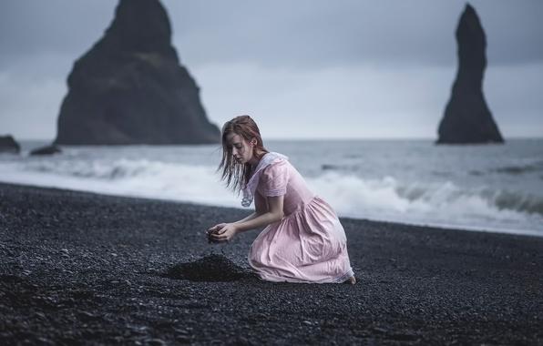 Картинка волны, девушка, дождь, скалы, ветер, берег