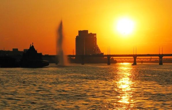 Картинка вода, солнце, закат, мост, город, блики, отражение, река, вечер, фонтан, Украина, Парус, Днепропетровск, Днепр