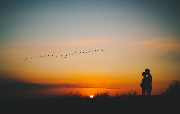 Картинка небо, солнце, облака, закат, пара, влюбленные, силуэты