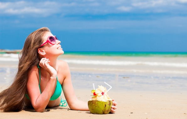 Картинка песок, пляж, купальник, девушка, ветер, профиль, шатенка, длинноволосая