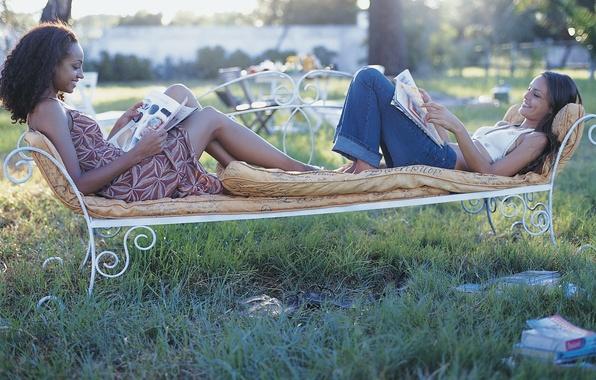 Картинка радость, девушки, настроение, книги, скамья, улыбки, чтение