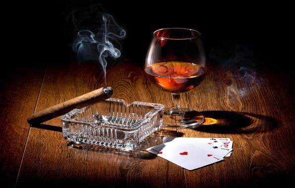 Картинка карты, свет, стол, вино, дым, бокал, сигара, полумрак, тузы, пепельница