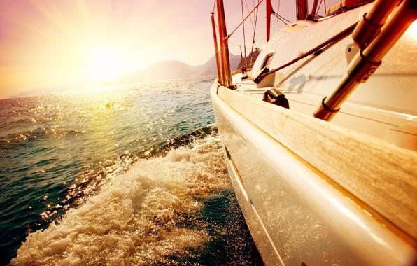 Картинка море, волны, небо, пена, вода, солнце, лучи, брызги, желтый, фон, настроение, океан, ветер, обои, лодка, ...