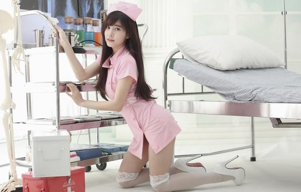 Картинка поза, кровать, чулки, азиатка, медсестра, униформа