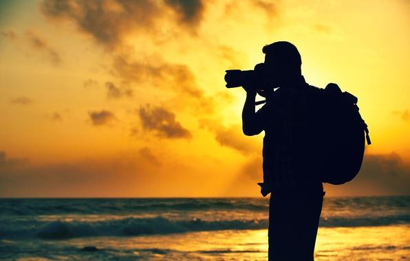 Картинка море, закат, природа, фон, человек, вечер, камера, путешественник, силуэт, фотоаппарат, фотограф, photographer, красивый, снимает, боке, …