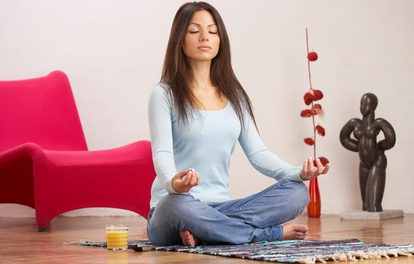 Картинка девушка, улыбка, настроение, отдых, коврик, сидит, занятие, иога, медитирует
