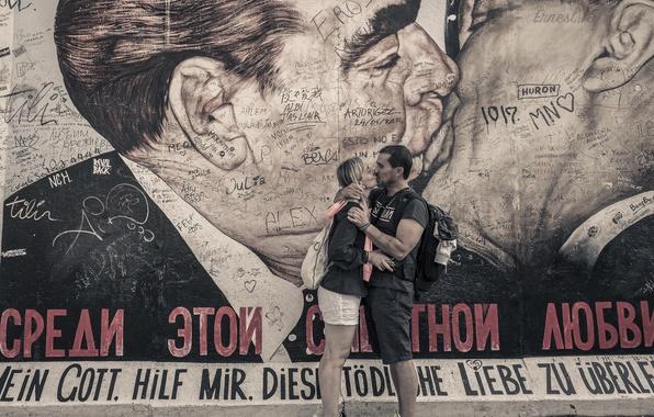 Картинка любовь, стена, женщина, рисунок, поцелуй, мужчина, Леонид Брежнев, автографы, Эрих Хонеккер