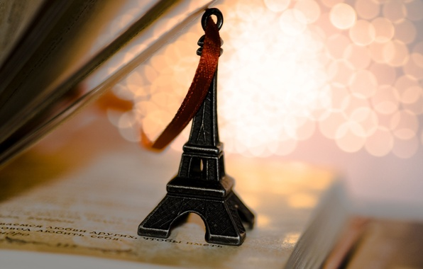 Картинка эйфелева башня, лента, книга, статуэтка, брелок, страницы, сувенир, строчки