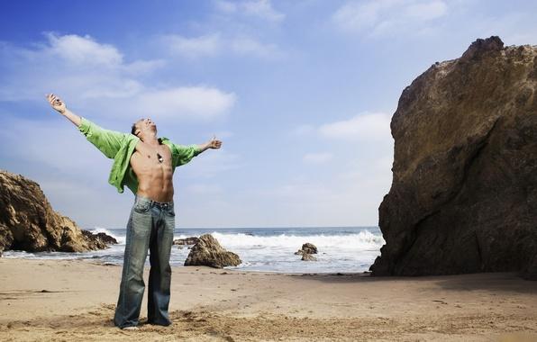 Фото обои песок, море, скалы, мужчина, торс, мачо, men