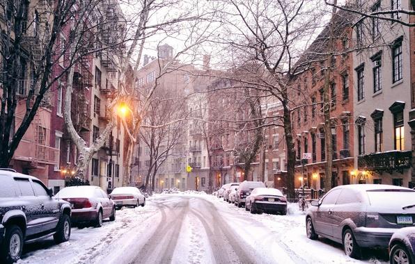Картинка зима, дорога, свет, снег, деревья, машины, город, улица, здания, дома, Нью-Йорк, фонари, USA, США, New …