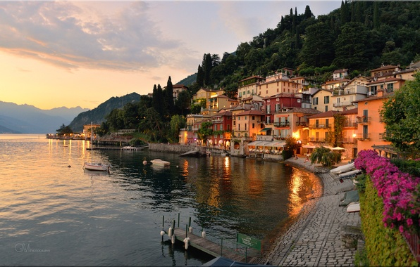 Картинка небо, горы, город, огни, озеро, дома, вечер, Италия