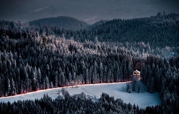 Фото обои зима, дорога, лес, горы, дом, вечер, ели, сумерки