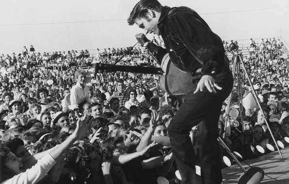 Картинка музыка, обои, сцена, гитара, танец, микрофон, актёр, певец, зрители, фанаты, elvis presley, 1957, рок-н-ролл, поклонники, …