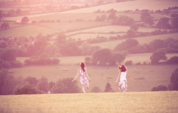 Картинка поле, лето, трава, свобода, солнце, деревья, радость, пейзаж, тепло, девушки, настроение, холмы, девочки, прогулка, girls, …